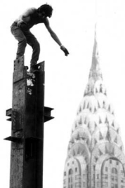 Devant le Chrysler building. Alex Mayo, 2nd avenue https://urbabillard.wordpress.com/2013/08/17/vertige-dacier/