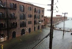 Réalité: Ouragan Sandy; inondations à Red Hook, Brooklyn. (via Nick Cope, 2012)