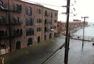 Réalité: Ouragan Sandy; inondations à Red Hook, Brooklyn. (via Nick Cope, 2012)