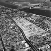 """1964, Vue aérienne du site déblayé de la future Maison de Radio-Canada, """"Faubourg à m'lasse"""", Archives de la Ville de Montréal, VM94-U124-002"""