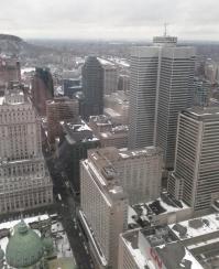 Vue du 1000 de la Gauchetière - Montréal. Crédit photo: Jonathan Salmon À nos pieds, la rue Mansfield bordant le Sun Life Building. La Place Ville-Marie tente de se mesurer au Mont-Royal.
