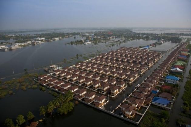 Inondations nov. 2011 Lotissement sous les eaux près de Lam Pho, région de Nonthaburi, Thaïlande (13°58' N - 100°25' E).