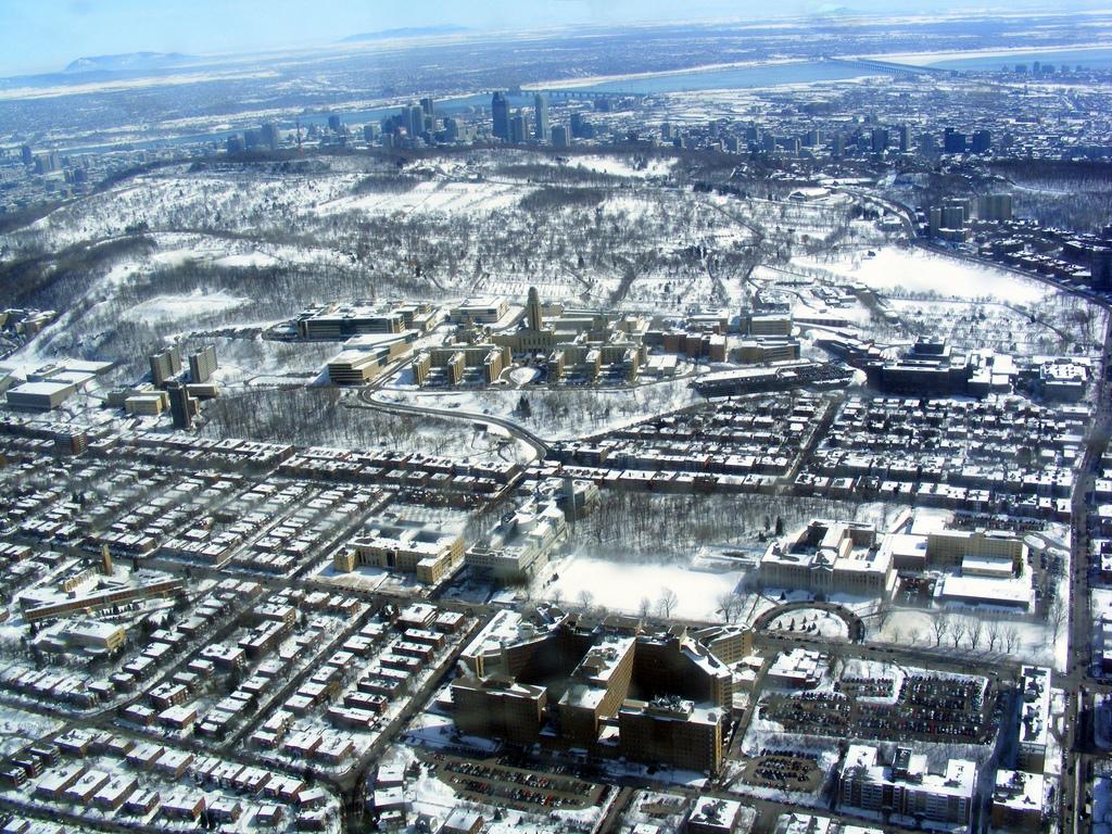 montr al vue du ciel 10 photos a riennes de la ville dans son manteau blanc urbabillard. Black Bedroom Furniture Sets. Home Design Ideas