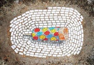 À Chicago, Jim Bachor joint le beau à l'utile il rebouche les nids-de-poule avec des mosaïques...